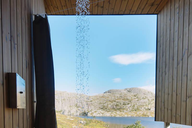 Utedusj på utsiden av badstuen. Varmt vann tappes fra badstuovn, og gir en deilig, varm dusj :)