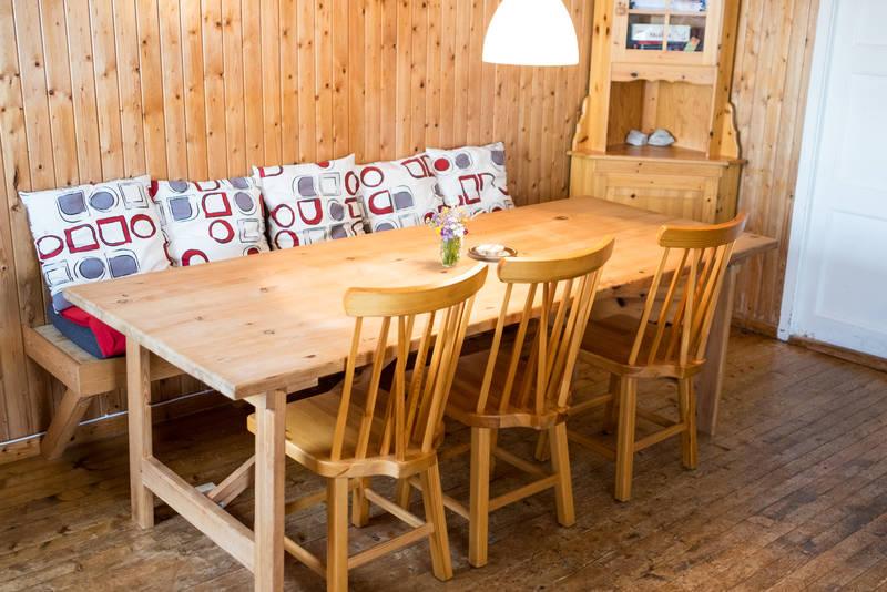 Spisebordkrok med benk og fem kjøkkenstoler tilgjengelig