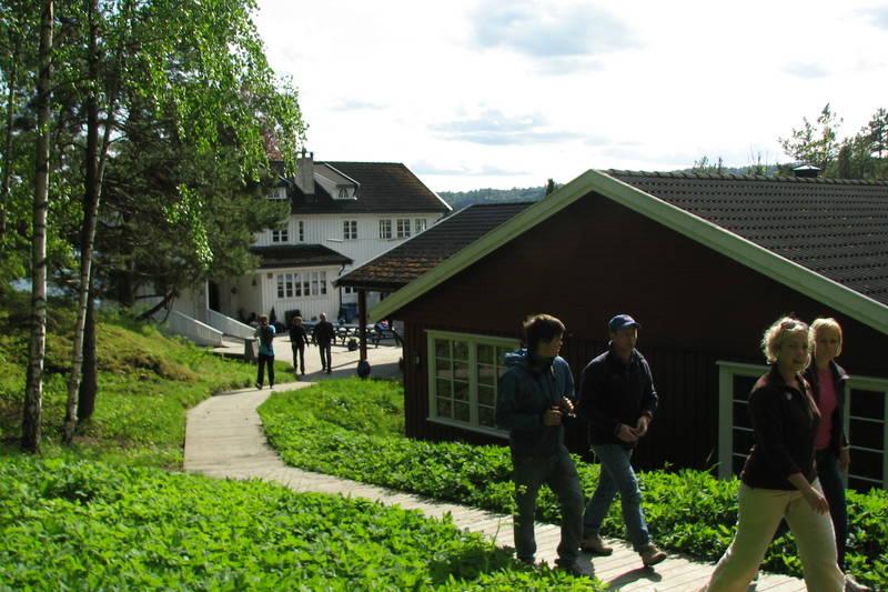 hovedhuset og soveavdelingen sett fra stien mot Iversens hus