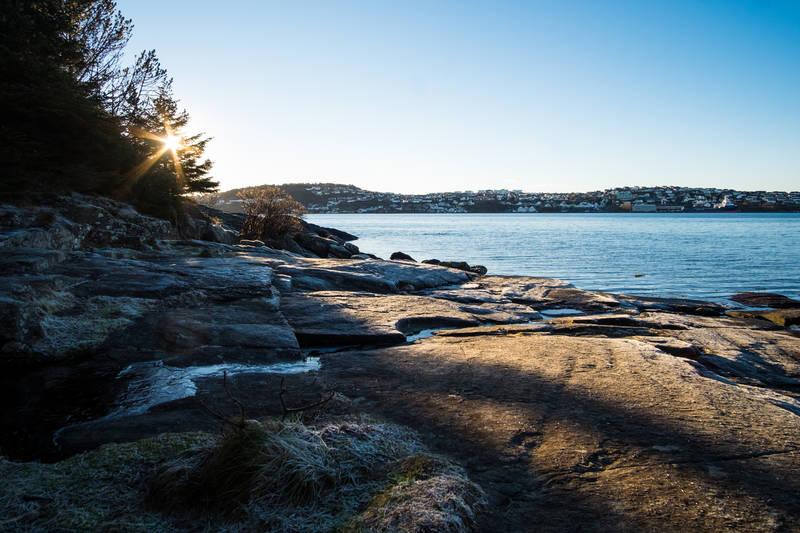 Utsikt mot Tasta langs sjøen utenfor Trollskogen.