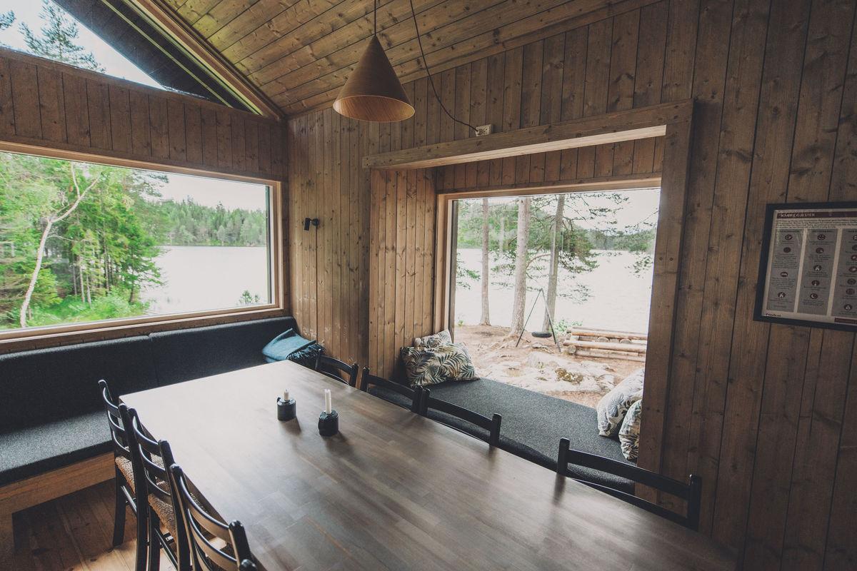 Spisebord med store vinduer