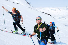 Rune Skoheim, Alex Gefle og Emma Törmä gliser på veg mot toppen -  Foto: Hallgrim Rogn
