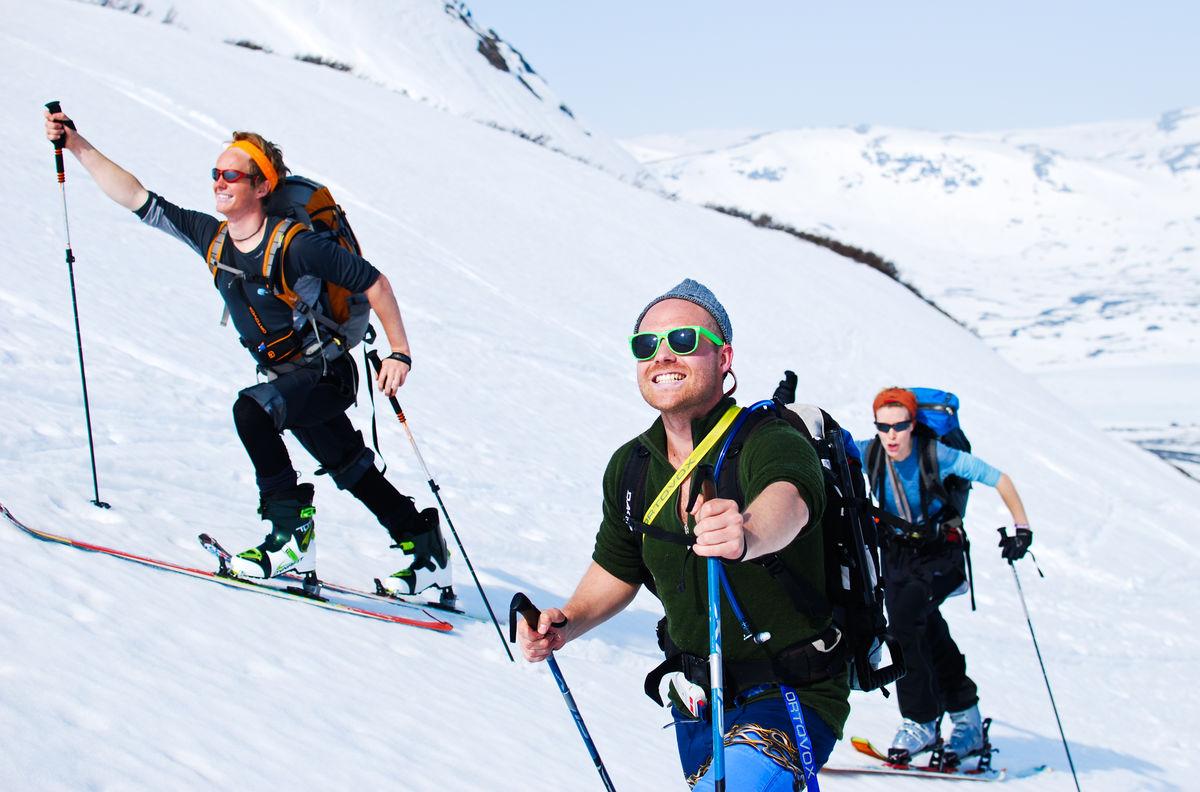 Rune Skoheim, Alex Gefle og Emma Törmä gliser på veg mot toppen