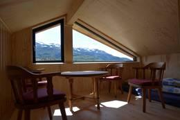 Jonstølen har loftstue med god utsikt. Møblene er fra Mostølhytta som ble nedlagt 2014 - Foto: Ukjent