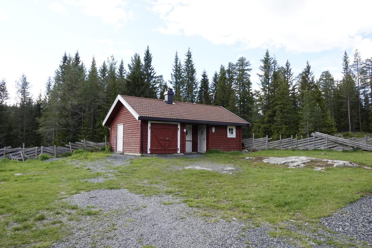 Hytta ligger langs Totenåsstien mellom Lygna og Evjua