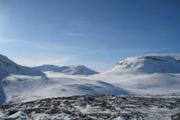 Vill og vakker natur er noe av det beste med å være i Indre Troms. Her kan man nyte utsikten av uberørt natur og flotte fjell. Dette bildet er tatt ikke så langt fra Voumahytta, 29.03.2011  - Foto: Marit Wang