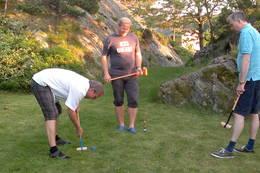 PÅ den store plenen mellom hyttene kan en både spille krokett, fotball, badminton og pilspill. Har alt dette.  - Foto: Frank-Werner Unsgaard