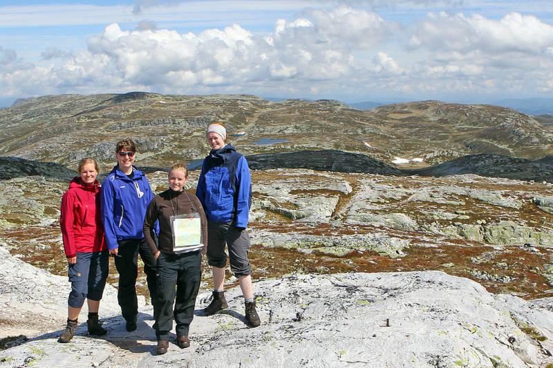 Fire unge turister på Bletoppen. Utsikt mot Gråfjell, Eriksbu og Åklinuten i nord