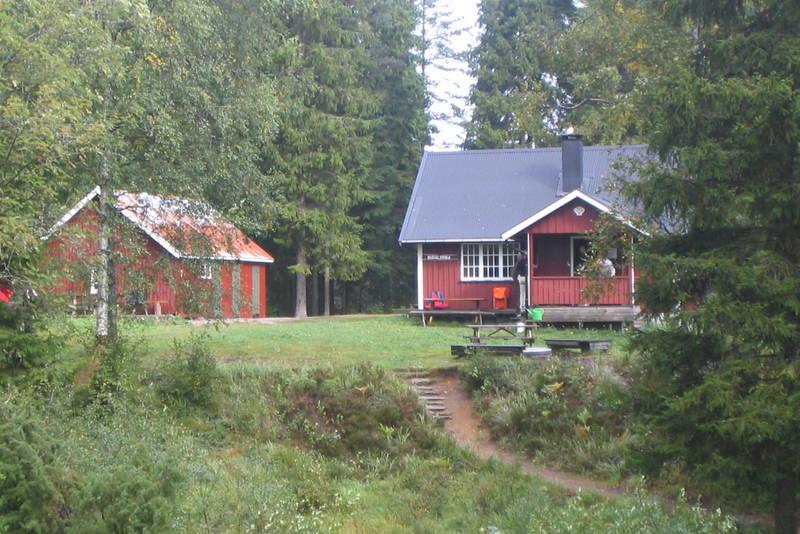 Hytta sett fra svensk side av grensebekken.