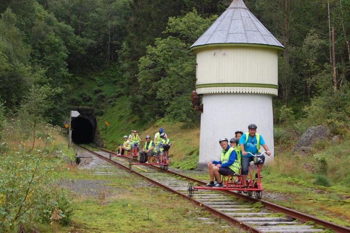 Flikkeid Stasjonme med et gammelt vanntårn til damplokomotiv.