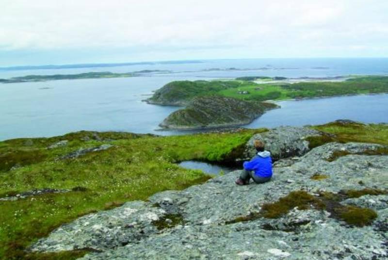 Fra Storfosnafjellet, 151 moh, er det praktfull utsikt over Storfosna og Kråkvåg.