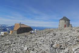 Skålatårnet og den nye hytten Skålabu høst 2016 -  Foto: Johnny Bjørge