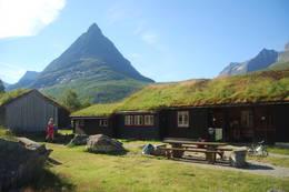 Idylliske Renndølsetra med Innerdalstårnet bak. - Foto: Asgeir Våg