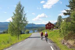 Vi passerer låven påFrågått.  - Foto: Hilde Roland