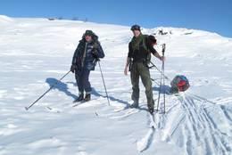 Ian M. Scott Frisch og Kaspar Frisch Hamre på vei over Ustevatnet. Heldig med været -  Foto: KasparHamre