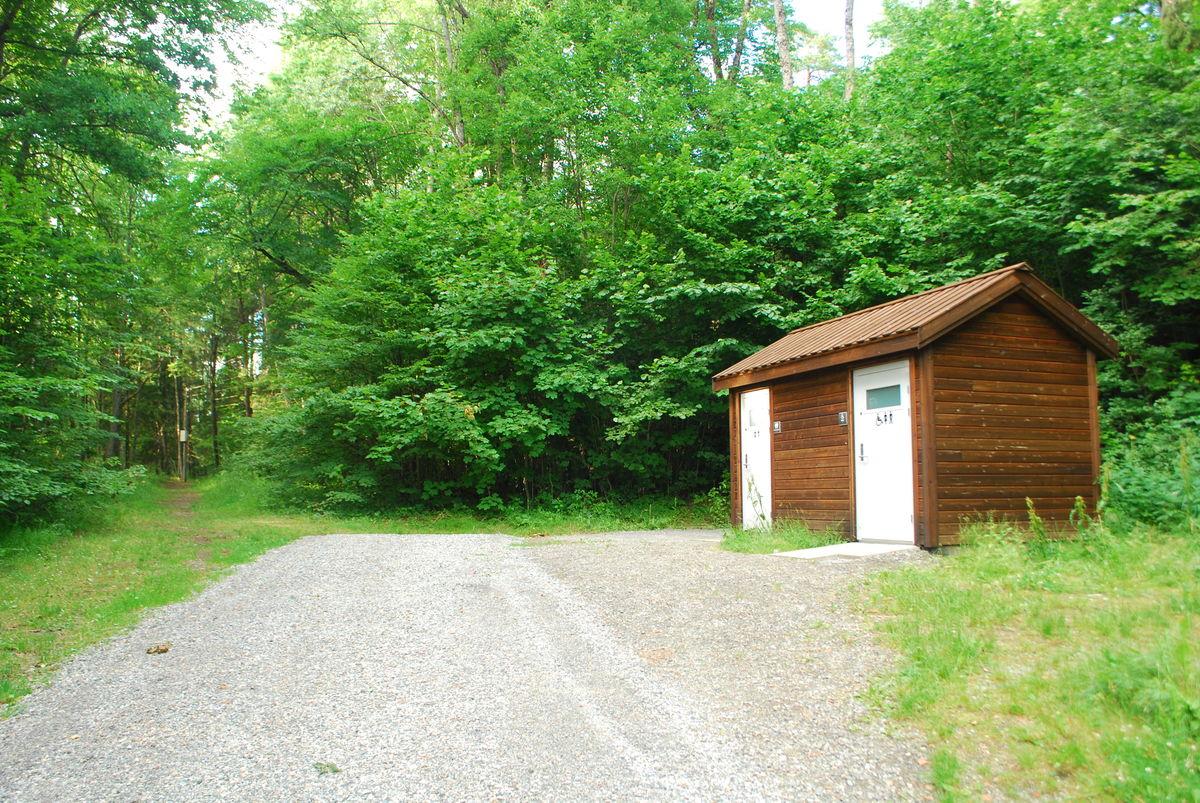 Rett overfor Breivoll friområdet er et nytt toalettanlegg, men HC-toalett. Her stopper den gruslagte veien, og det anbefales å gå samme vei tilbake.