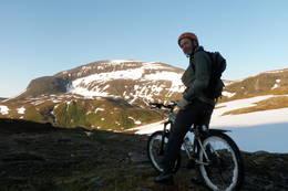 Nydelig utsikt til Tromsdalstinden når en begynner å komme litt opp på Svarthammeren. -  Foto: Kirsten Buck Rustad