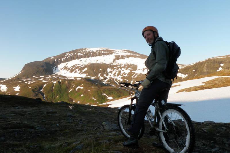 Nydelig utsikt til Tromsdalstinden når en begynner å komme litt opp på Svarthammeren.