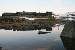 Finsehytta spegler seg i vannet - Foto: DNT Oslo og Omegn