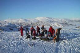 Familier på vinterferietur til Grieghytten, Hamlagrøvatnet bak.  - Foto: Ukjent