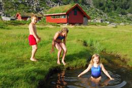 Små kulper tett ved hytta er ypperlig badeplass for alle tøffinger -  Foto: Odd Inge Worsøe
