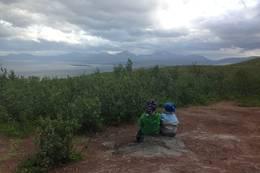 To fornøyde gutter nyter spennende utsikt og skyer mot Malangen -  Foto: Ann Magnhild Solås