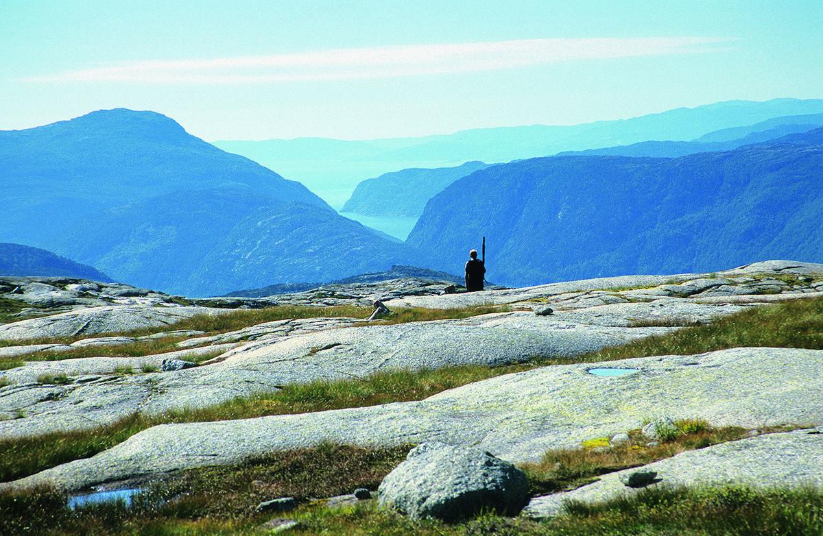 Fra Kyrkjegardsheia er det flott utsikt mot Jøsenfjorden og Ryfylkebassenget.