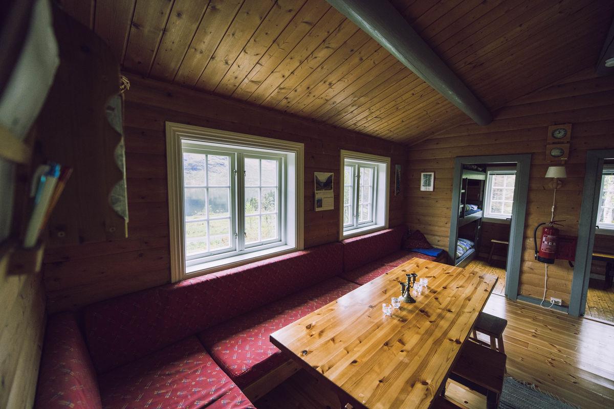 Hyggelig stue med stort bord