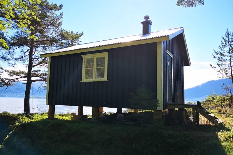 Fra Veøustua har du god utsikt sørover mot Romsdalsfjorden, Hestholmen, Rødven, Åfarnes og Langfjorden.