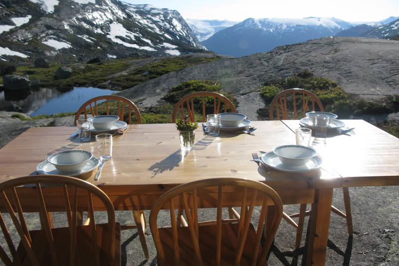 Bordet er dekket ved Sprongdalshytta, juli