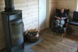 Løkjelsvatnhytta har 2 slike hvilestoler for dem som vil sitte å stirre i peisflammene om kvelden - Foto: Anders Nordeide