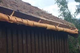 Nyrestaurert tak på hovedhytta etter gammel metode med never under torva. - Foto: Cato Dåbakk