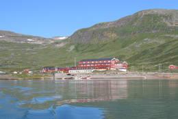 Fondsbu sett fra båten Bitihorn  - Foto: Berit Heggholmen