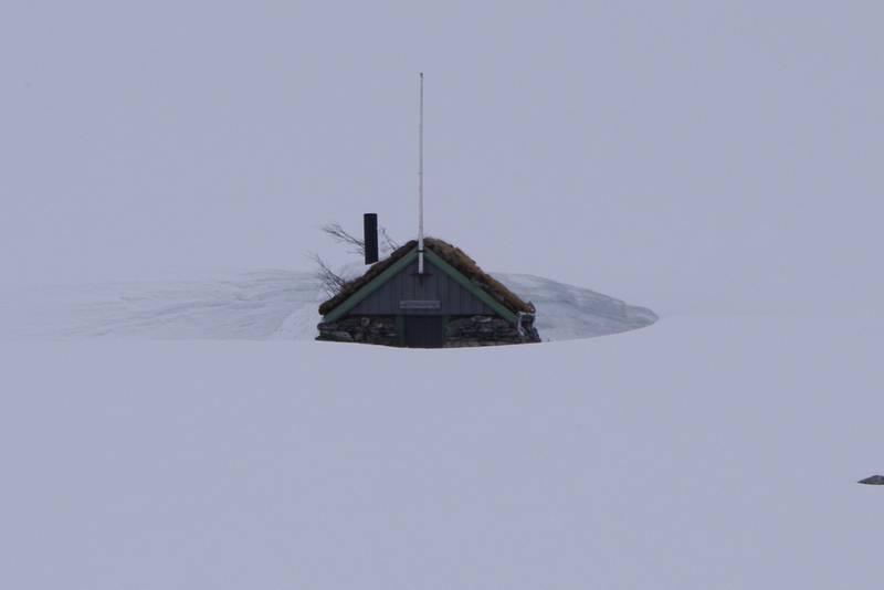 Gamle Patchellhytta snør ned vinterstid