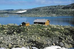 Hovatn ligger i et karrig høyfjellsterreng 1100 moh. Området har lange jakttradisjoner og er et viktig villreinområde - Foto: Stavanger Turistforening