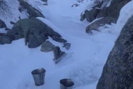 Hent av vann gjøres sommer som vinter fra bekken like nedenfor hytta. Om vinteren er det lettes å komme gjennom isen rundt store steiner under bro. - Foto: Per Henriksen
