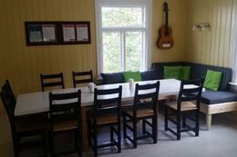 Stue med spisebord og sofakrok - Foto: