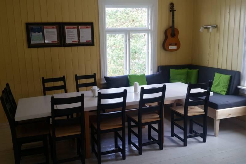Stue med spisebord og sofakrok