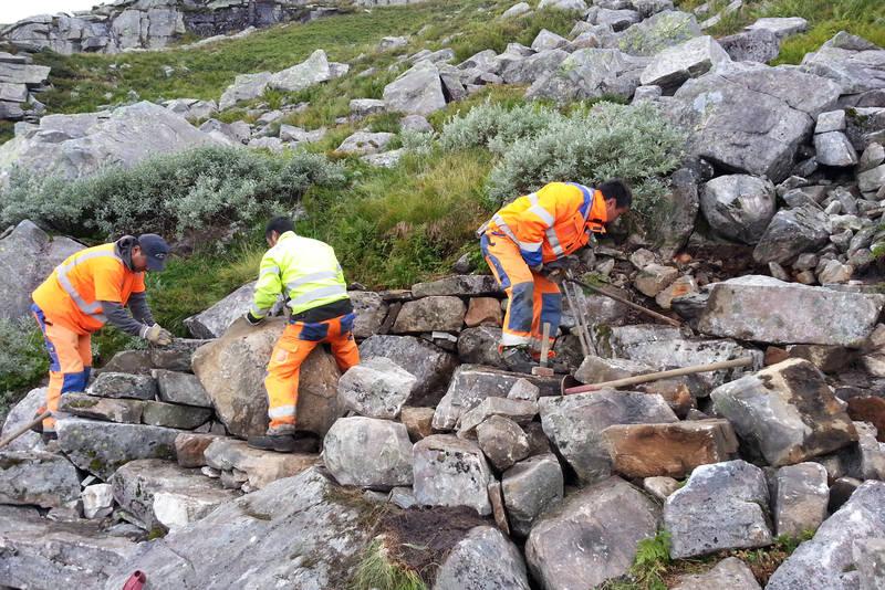 Sherpaer i arbeid med steintrappene