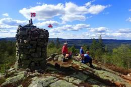 Staselig steinvarde på Gjevlekollen -  Foto: Tom Helgesen
