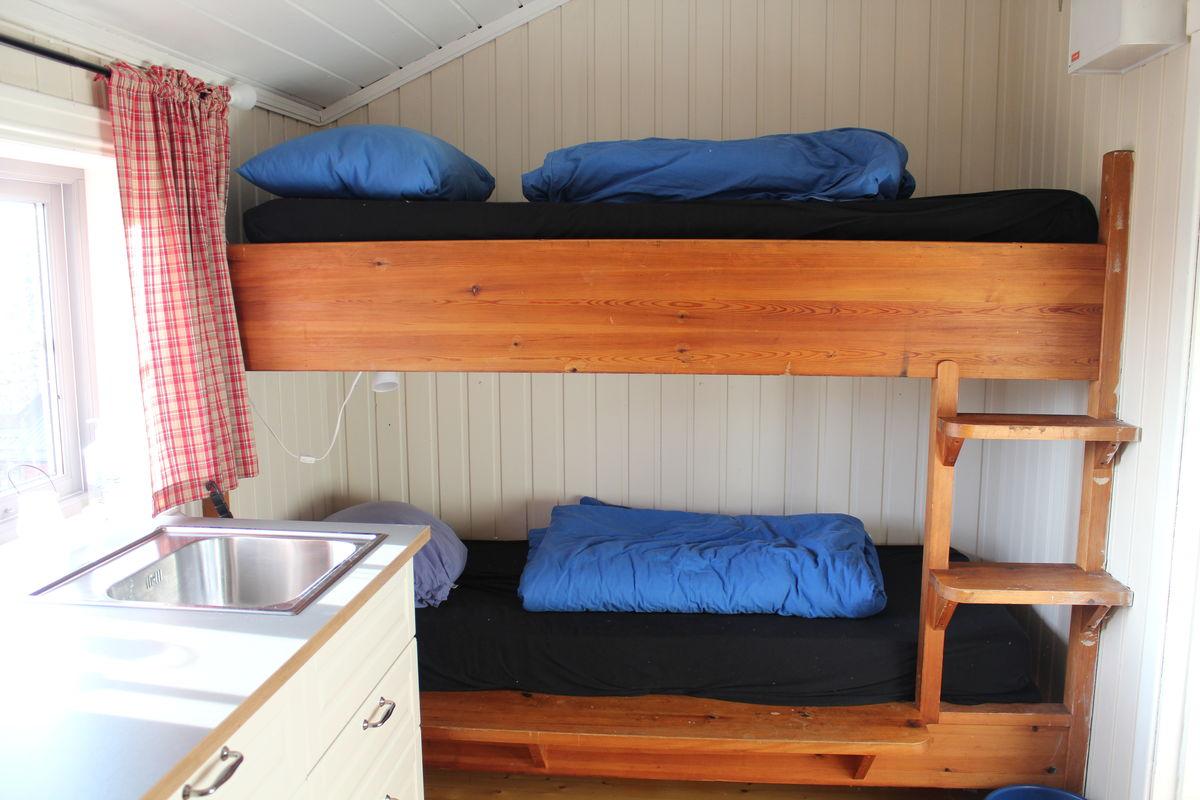 De to sengene som er i oppholdsrommet.