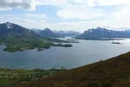 Sommerlig utsikt fra Hennesheia mot Hadseløya og Austvågøya. (Foto: Sølvi Mathisen, Vesterålen Turlag) -  Foto: Sølvi Mathisen - Vesterålen Turlag