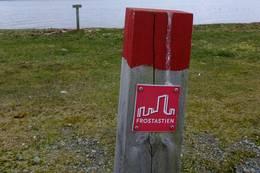 Frostastien er merket med slike skilt. -  Foto: Oddlaug Marie Lindgaard