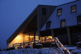 Lys inne og ute viser vei til Preikestolen fjellstue. - Foto: Kjell Helle-Olsen
