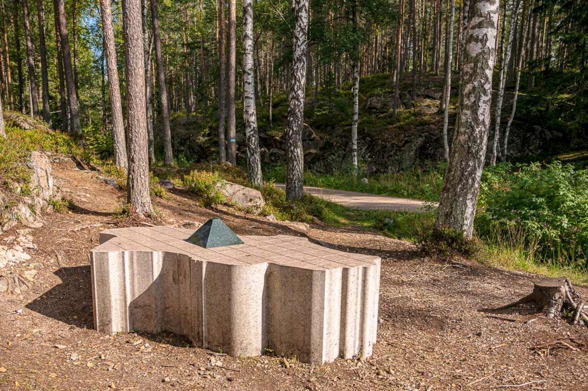 Skulpturen markerer Oslos geofrasike midtpunkt, langs Ankerveien ved Nedre Blanksjø