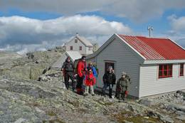 Klare for å gå over breen fra Fonnabu til Holmaskjer. - Foto: Torill Refsdal Aaase
