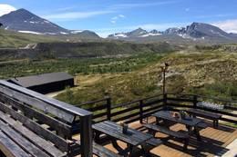 Fint sitte her å se utover fine fjell å natur  - Foto: