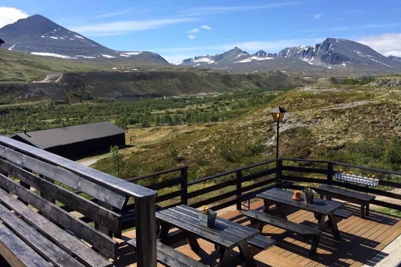 Fint sitte her å se utover fine fjell å natur