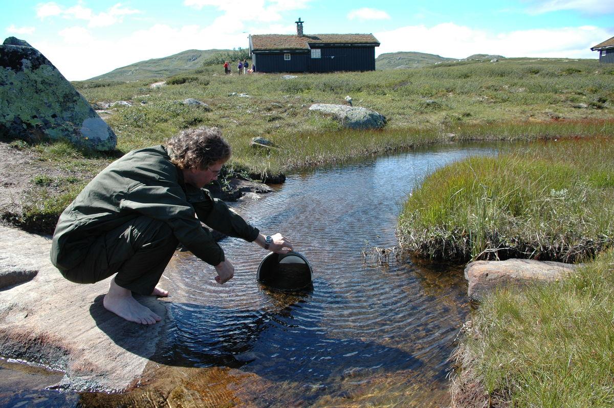 Henting av vann i bekken