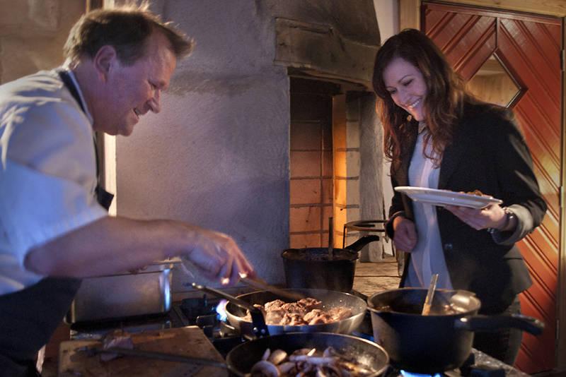 Kjøkkensjef Trond Skeie serverer gjestene rett fra grillen